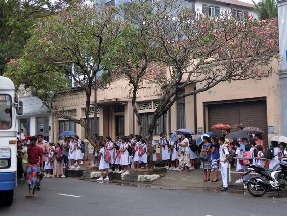 バスを待つ学生.jpg